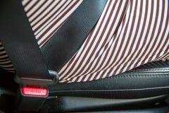 Sluit drukknop van vastmaken omhoog veiligheidsveiligheidsgordel in auto Beeld voor achtergrond royalty-vrije stock foto's