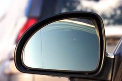 Sluit en concentreer auto omhoog het drijven in de stad met bekeken van buiten bestuurdersvenster met vage bezinningen op de spie royalty-vrije stock afbeeldingen