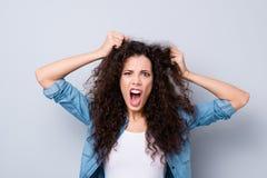 Sluit foto het schreeuwen aantrekkelijk verbazen haar zij de wapens van damehanden uittrekken omhoog haarheldendicht ontbreken ge stock foto's