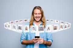Sluit foto interesseerde omhoog hij hem zijn van de influencer blogger pagina van de kerelgreep telefoon gelezen nieuwe postbeeld royalty-vrije illustratie