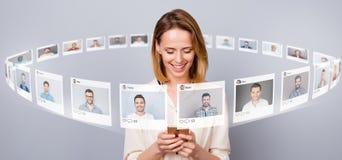 Sluit foto omhoog digitale vrijgezel zij haar damesmartphone online repost als oogst kiest de beelden van de keusillustratie zit vector illustratie
