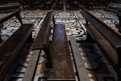 Sluit foto omhoog genomen binnendi Milaan van Milan Cathedral/Duomo-van houten banken en overladen vloer stock fotografie