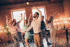 Sluit foto schreeuwende congrats vrienden hangen uit het dansen omhoog het best gedronken die verjaardag zingen de wapens van zan royalty-vrije stock foto