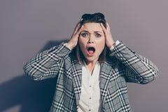 Sluit fotoportret van zenuwachtige ongelukkig met open monddame wat betreft holdingshoofd met handen isoleerde omhoog grijs stock foto