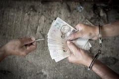 Sluit gevangene opgeven geld voor vrijheid royalty-vrije stock fotografie