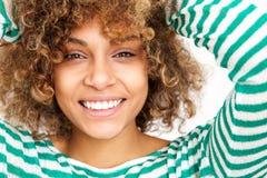 Sluit gezichts omhoog het gelukkige jonge Afrikaanse Amerikaanse vrouw glimlachen royalty-vrije stock foto
