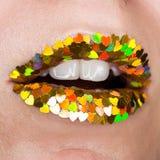Sluit glamour omhoog kleurrijke kleurrijke lippen met fonkelingen van hartvorm, open mond, witte groene tanden, geel, rood, royalty-vrije stock afbeelding
