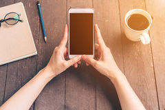 Sluit hand omhoog Aziatische vrouw gebruikend telefoon in koffiewinkel en sunligh stock afbeelding