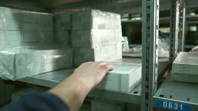 Sluit hand van de Mens opneemt doos van plank binnen pakhuis stock videobeelden
