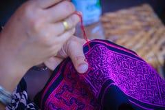Sluit hand van Hmong-vrouw naait omhoog traditionele stammen kleden zich royalty-vrije stock foto