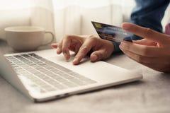 Sluit hand van zakenlieden opkopen online met een creditcard De mensen gebruiken laptop en doen online transacties royalty-vrije stock foto