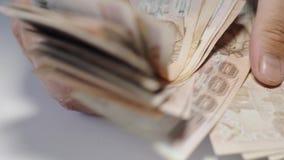 Sluit handen omhoog het tellen van geld van thousansds het Thaise Baht Sluit omhoog Mens die Thais bankbiljet, het richman tellin stock video