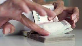 Sluit handen omhoog het tellen van geld van thousansds het Thaise Baht Sluit omhoog Mens die Thais bankbiljet, het richman tellin stock footage