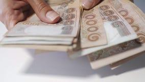 Sluit handen omhoog het tellen van geld van thousansds het Thaise Baht Sluit omhoog Mens die Thais bankbiljet, het richman tellin stock videobeelden