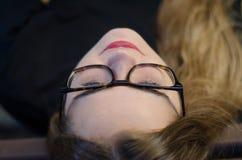 Sluit het gezichtsblonde van het portret omhoog jong meisje met glazen en rode lippen stock foto