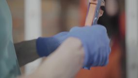 Sluit indient omhoog handschoenen die met elektrodraden met hulpmiddelen werken Hand productie De Craftmanwerken in een workshop stock footage