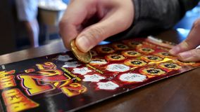Sluit kaartje van de vrouwen omhoog het krassende loterij genoemd roodgloeiend stock video