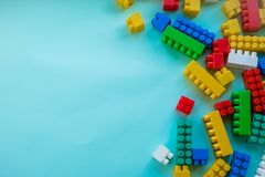 Sluit Kinderen omhoog plastic aannemer op een blauwe achtergrondstreepachtergrond Het ontwikkelen van speelgoed royalty-vrije stock afbeeldingen