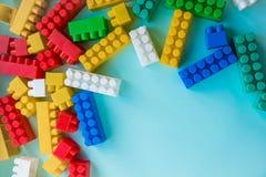 Sluit Kinderen omhoog plastic aannemer op een blauwe achtergrondstreepachtergrond Het ontwikkelen van speelgoed stock foto's