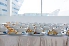 Sluit koffie omhoog witte kop en het dessert treft voor ontbijt in c voorbereidingen Royalty-vrije Stock Foto