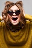 Sluit levensstijlportret van vrouw maakt omhoog grappige grimassen op camera royalty-vrije stock foto's