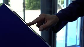 Sluit mannelijke hand opneemt een kaartje aan de rij bij de kliniek Hand van de man in het kostuum die eind dichte omhooggaand ge stock footage