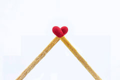 Sluit matchsticks omhoog hart op witte achtergrond wordt gevormd die Stock Afbeelding