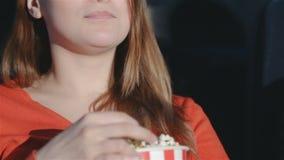 Sluit meisje het kauwen omhoog popcorn stock videobeelden
