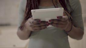 Sluit mening die van Afrikaanse Amerikaanse vrouwenhanden wit tabletgadget omhoog houden surfend op Internet, die met vrienden ba stock video
