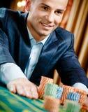Sluit mening die van gokkersstaken roulette omhoog spelen Stock Afbeeldingen
