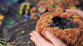 Sluit mening die van handen mand van bloemen omhoog maken stock footage
