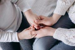 Sluit mening van de handen van de familieholding, houdend van gevend moeder ondersteunend kind, die psychologische steun omhoog g stock foto's