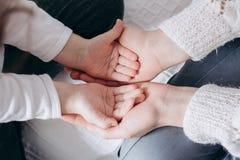 Sluit mening van de handen van de familieholding, houdend van gevend moeder ondersteunend kind, die psychologische steun omhoog g royalty-vrije stock foto's