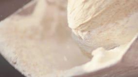 Sluit mening van deeg die die op baksel omhoog wordt voorbereid die, neer op de bakkerijmachine vallen neer rollen Moderne produc stock videobeelden