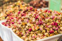 Sluit mening van thee steeg knoppen op een voedselmarkt in Tel Aviv, Israël Selectieve nadruk, ruimte voor tekst royalty-vrije stock fotografie