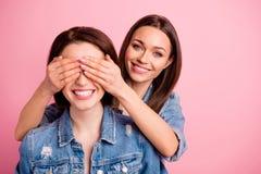 Sluit mooie foto twee zij haar van de huidenogen van zustersdames de handenwapens proberen omhoog gissing die onverwachte vergade stock fotografie