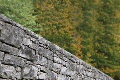 Sluit nadruk op een gestapelde steenmuur stock afbeelding