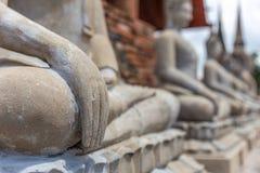 Sluit nadruk op hand van het mediteren van monniksstandbeeld royalty-vrije stock afbeeldingen