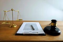 Sluit objecten omhoog wetsconcept Rechtershamer met rechtvaardigheidsadvocaten a royalty-vrije stock afbeelding