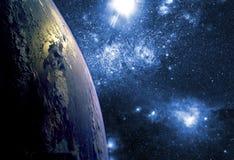 Sluit omhoog aardebiosfeer in ruimte met sterren en melkweg op achtergrond Elementen van dit die beeld door NASA wordt geleverd F stock afbeeldingen