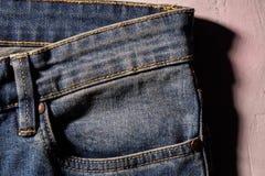 Sluit omhoog achter de zaktextuur van het jeansdenim royalty-vrije stock fotografie