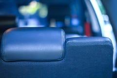 Sluit omhoog achter de zetel, de persoonszitting binnen een auto stock afbeelding