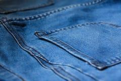 Sluit omhoog Achter het denim van de jeanszak textuur als achtergrond Stock Foto