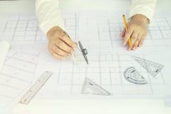Sluit omhoog Architect die aan blauwdruk werken Architectenwerkplaats, Stock Foto