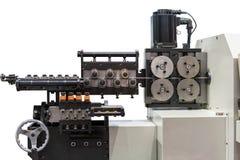 Sluit omhoog autovoereenheid van Geavanceerd technische en precisie automatische 3d draad buigende machine voor industrieel geïso stock afbeeldingen