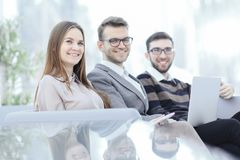 Sluit omhoog Bedrijfscollega's in de werkplaats in het bureau stock afbeelding