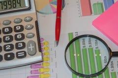 Sluit omhoog bedrijfsconcept, meer magnifier calculator, pen op financieel verslag op lijstbureau Stock Foto's