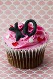 sluit omhoog beeld van aardbei cupcake met hartvorm en alphab Stock Foto