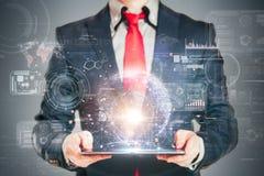 Sluit omhoog beeld van de bedrijfsmens die een digitale tablet houden Royalty-vrije Stock Foto's