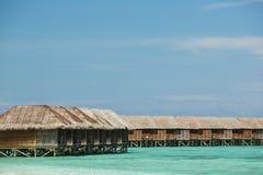 Sluit omhoog beeld van de bungalow en het watervillatoevlucht van de Maldiven Stock Afbeeldingen